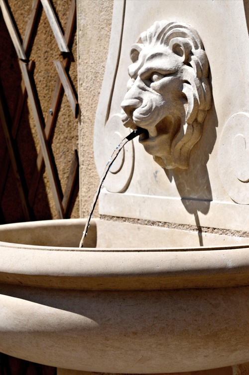 fontaine sculptee en pierre